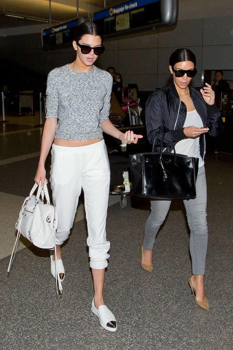 Con un look relajado ideal para viajar, junto a Kim Kardashian. Lleva cartera Balenciaga y zapatos Chanel.