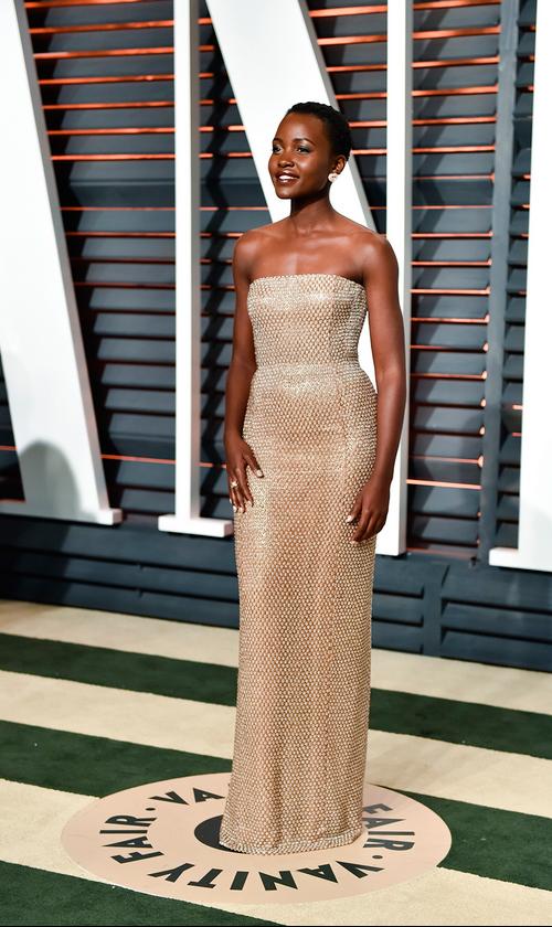 Lupita Nyong'o volvió a elegir un vestido Calvin Klein, esta vez en un tono champagne.