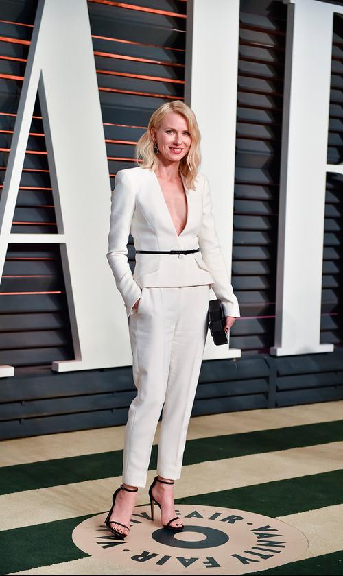 Naomi Watts lució una chaqueta y pantalones Armani.