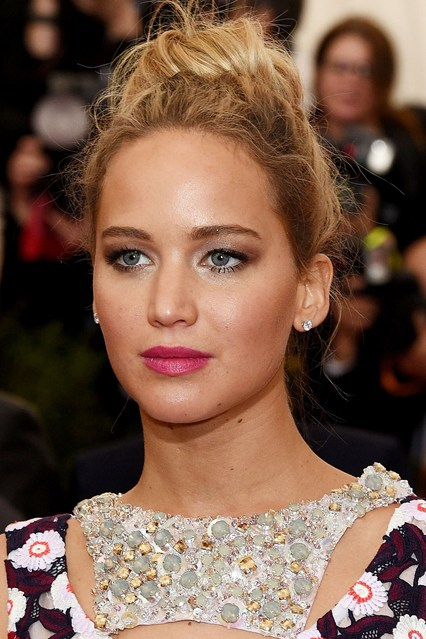 Jennifer-Lawrence-beauty-Vogue-5May15-Getty_b_426x639
