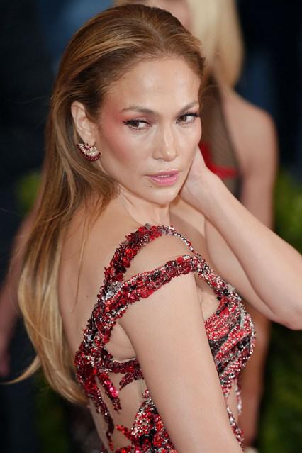 Jennifer-Lopez-Vogue-5May15-Rex_b_426x639_1