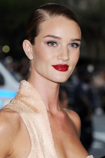 Rosie-Huntington-Whiteley-Vogue-5May15-Rex_b_426x639