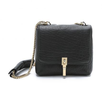 El pequeño bolso negro no debe faltar: es ideal para todas las ocasiones, desde el día a día hasta una noche de fiesta. Con cadena y hebilla doradas, este Elizabeth and James es bellísimo.