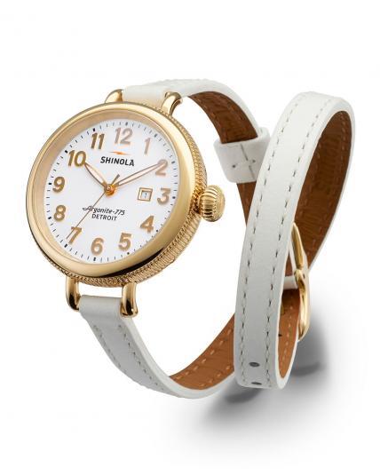 No puede faltar entre tus accesorios un reloj. Opta por un Shinola, y elige este de correa doble para darle un toque moderno a tu look.