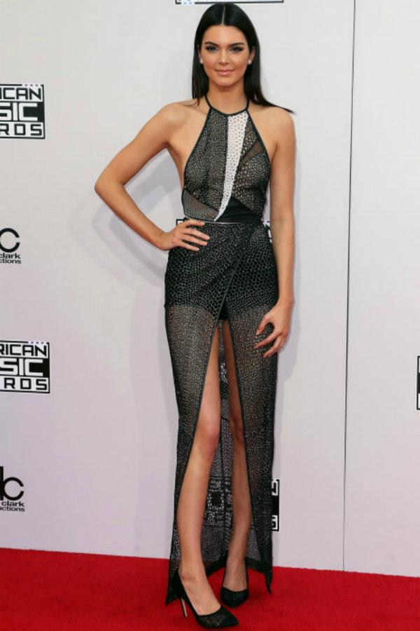 Amante de la combinación black&white, Kendall apuesta con elegancia por un vestido con transparencias.