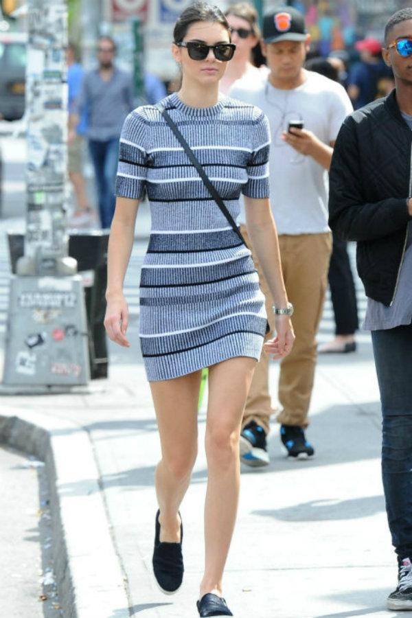 Otra vez blanco y negro, pero en un street style con calzado cómodo, algo raro en ella.