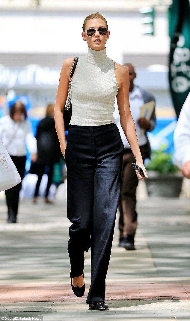 Se acerca el fin de semana. Relaja el look con unas bailarinas planas, un pantalón negro de vestir y una camiseta blanca.