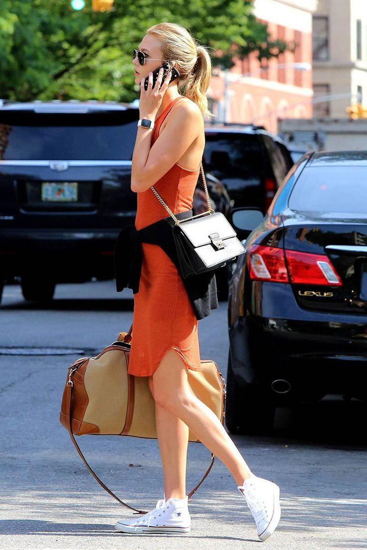 Día del casual Friday, elige un vestido de un color llamativo pero corte sencillo y combínalo con Converse y un maxi bolso. ¡Éxito asegurado!