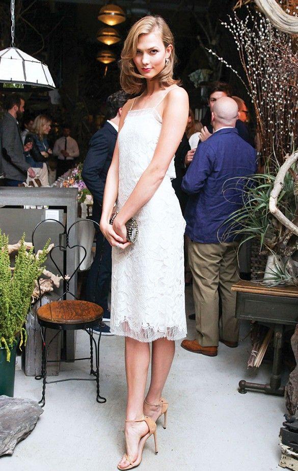 ¡Al fin fin de semana! Elige un vestido blanco de encaje para ir a la fiesta por la noche. No te olvides de las sandalia y el clutch haciendo juego.