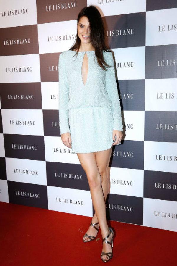 En el cocktail de presentación de la colección invierno de Le Lis Blanc, con un vestido corto en celeste pastel y sandalias plata.
