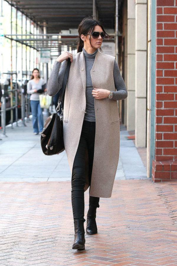 Kendall suele utilizar muchos abrigos largos, ya que su altura se lo permite. Los combina con skinny jeans y botas.