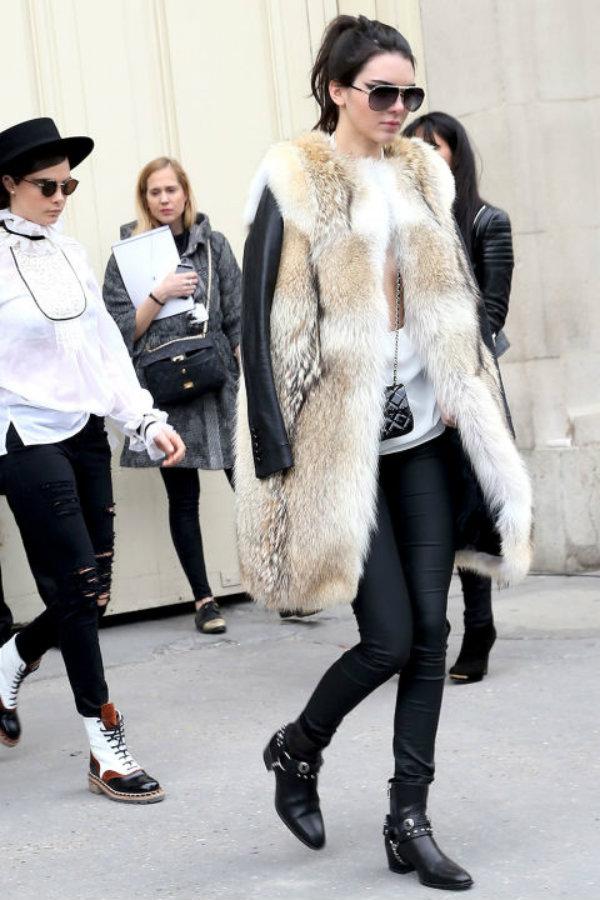 Kendall no le tiene miedo a usar abrigos de piel, aunque sea sintética.