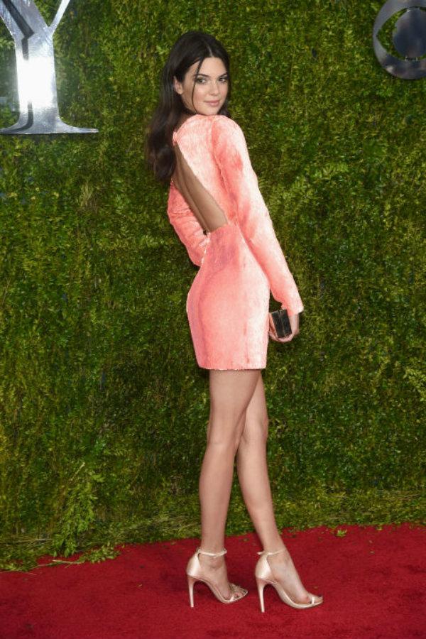 Asiste a los Tony Awards 2015 con un vestido de espalda descubierta salmón y sandalias de tacón en nude nacarado.
