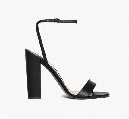 Una sandalia negra de tiras con un tacón cómodo es siempre una excelente opción. Un clásico que no pasa de moda de la mano de Theory (modelo Kala).