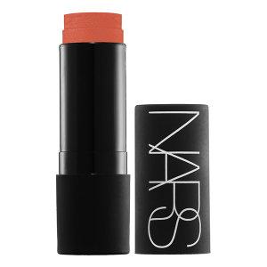 El Multiple de Nars es un rubor en crema que se convierte en polvo, pero que también puede ser utilizado como sombra de ojos, iluminador, labial, contorno...