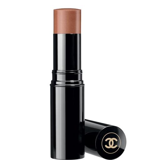 Chanel aporta un rubor en crema (Les Beiges) que se asemeja al tono de tu piel, brindando un brillo suave y un contorno que resalte tus pómulos.