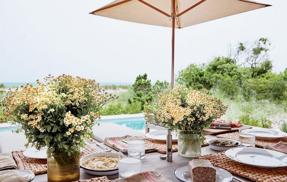 En el patio, una piscina y una mesa puesta para almorzar los días de verano. ¿Qué no puede faltar? La manzanilla.