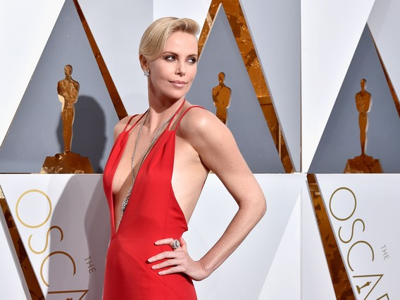 HOLLYWOOD, CA - FEBRUARY 28: Actress Charlize Theron attends the 88th Annual Academy Awards at Hollywood & Highland Center on February 28, 2016 in Hollywood, California.   Kevork Djansezian/Getty Images/AFP / AFP / GETTY IMAGES NORTH AMERICA / KEVORK DJANSEZIAN