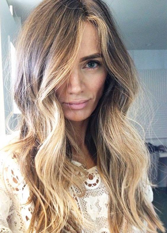 Al fundir y difuminar tonos consigues iluminar colores planos y crear más volumen y textura en cabellos finos.