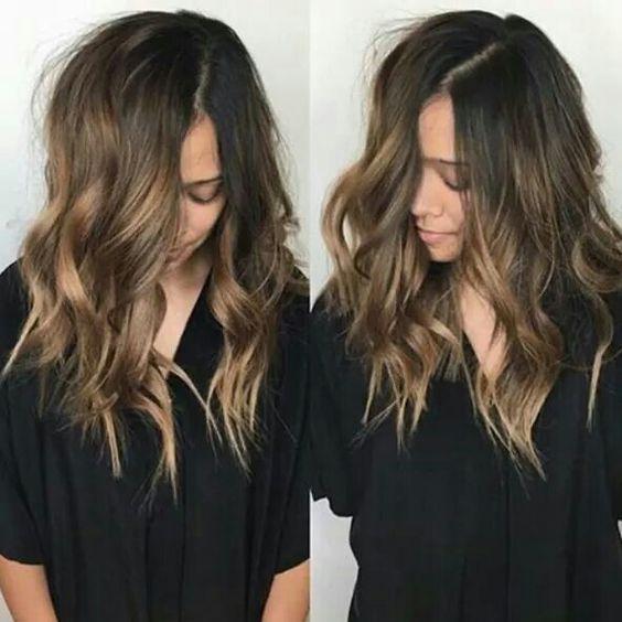 El calor que genera el papel de plata acelera la oxidación del cabello, por lo que lo daña más y consigue una mecha apagada. La tonalidad del balayage no se