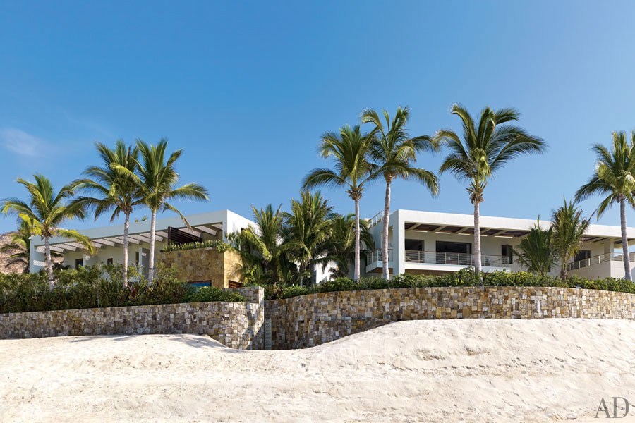 Una vista de las dos mansiones desde la playa.