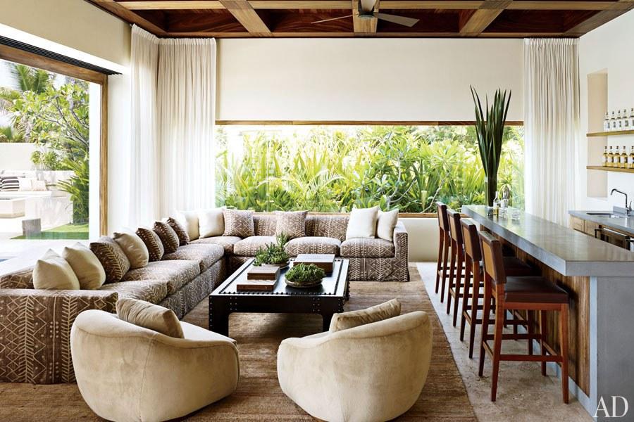 CLOONEY. La zona de bar es indispensable, con un sofá seccional a medida tapizado por Ralph Lauren Home, un par de sillas y taburetes.