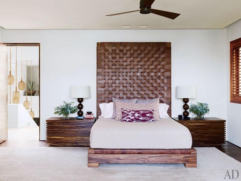 CLOONEY. La habitación principal tiene un cabecero tejido de cuero, mesas de diseño Legorreta y lámparas Lika Moore.