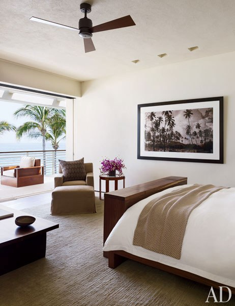 CRAWFORD. El dormitorio principal tiene una foto de un paisaje hecha por Bowen Smith, cuenta con una silla Jaspen, otra otomana y una mesa Ralph Lauren.