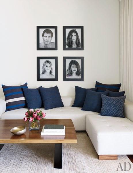 CRAWFORD. En el otro lado de la habitación hay retratos de familia tomados por Bowen Smith, un sofá seccional hecho a medida, y una alfombra.