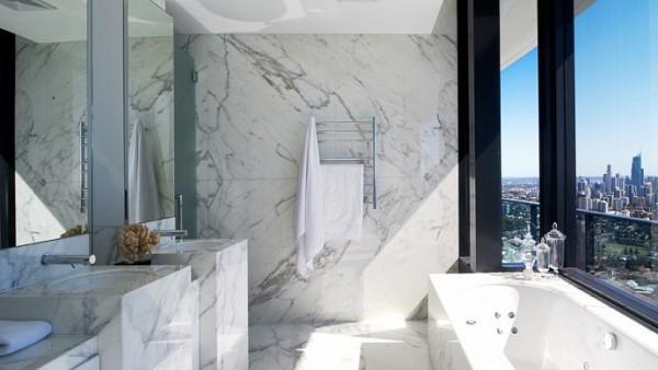 El baño, además de estar enteramente construido en mármol, cuenta con unas hermosas vistas al océano.