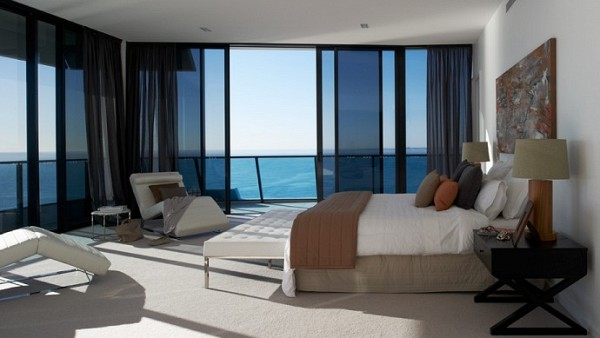 La habitación principal es espaciosa, decorada con sobriedad y cuenta con enormes ventanales para disfrutar las relajantes vistas.