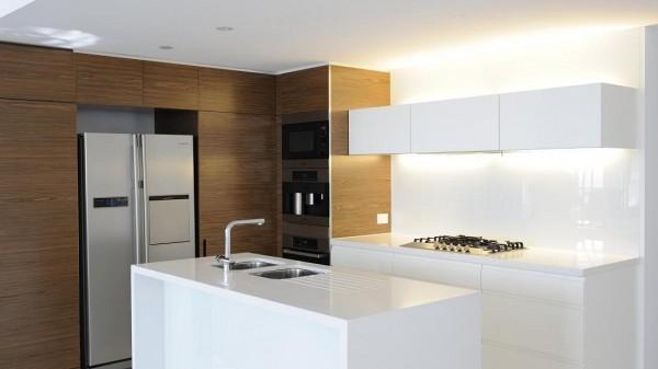Por su parte, la cocina tiene un estilo moderno y minimalista, con acabados en madera y acero inoxidable.