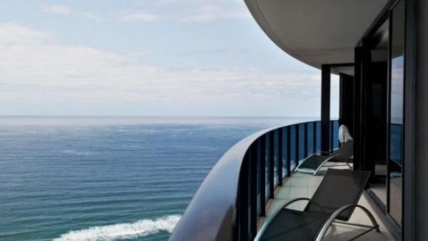 Para disfrutar del atardecer, nada mejor que un enorme balcón que rodea el penthouse y que permite disfrutar del atardecer en privacidad.